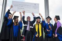 Remise du chèque du ClassGift à la Fondation HEC par daniel Bernard. ©Jean-Marc Biais
