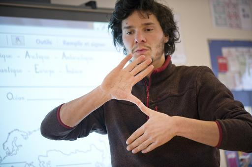 Maxime Bouhours, un professeur de langue des signes, enseigne à de jeunes élèves à Rennes le 5 février 2015 © Jean-Sébastien Evrard AFP