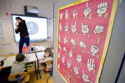 Maxime Bouhours, un professeur de langue des signes, enseigne à de jeunes élèves à Rennes le 5 février 2015 © Jean-Sébastien Evrard AFP/Archives