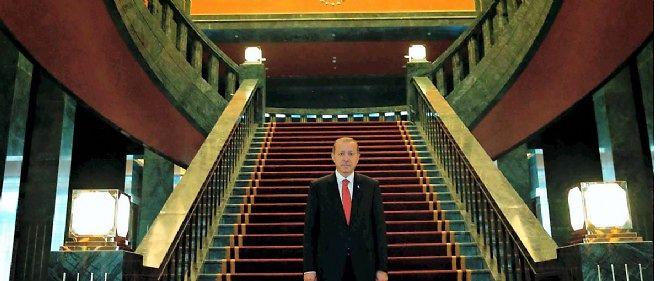 Mardi, un député de l'opposition, Ali Demirçali, a révélé que la note d'électricité du palais pour la période du 18 décembre au 21 janvier s'était élevée à la coquette somme de 1 140 567,76 livres turques (LT), soit l'équivalent de 410 276 euros.