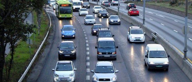Les voitures électriques (ici à gauche, une VW e-Up suivie d'une BMW i3 et d'une Nissan Leaf) sont tellement nombreuses en Norvège de par leurs avantages fiscaux qu'elles encombrent littéralement les voies de bus que le gouvernement leur laisse emprunter.
