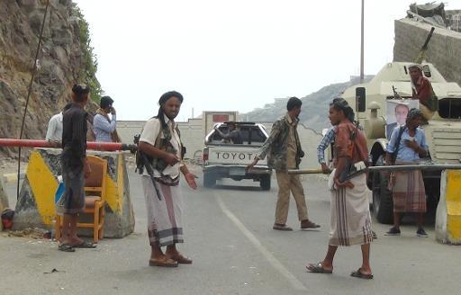 Des partisans d'Abedrabbo Mansour Hadi protègent la fuite du président yéménite, qui a réussi à quitter Sanaa, le 21 février 2015 au sud d'Aden ©  AFP/Archives