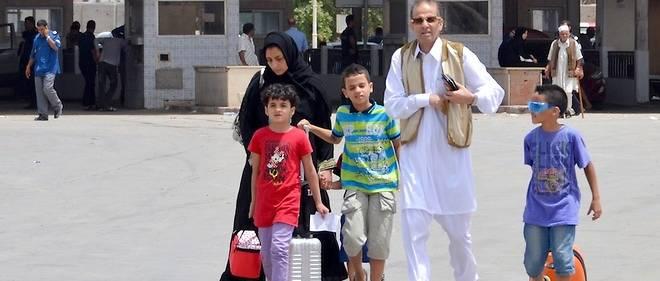 Une famille libyenne entrant en Tunisie par la frontière sud, à Ras Jedir, en juillet 2014.
