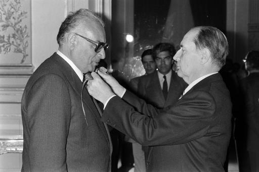 Le président François Mitterrand remet la Légion d'Honneur à l'écrivain turque Yasar Kemal, le 9 mai 1984 à Paris © - AFP/Archives
