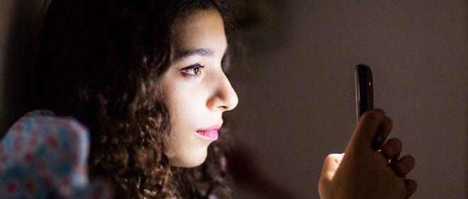 L'utilisation abusive des écrans par les adolescents jusque tard dans la nuit inquiète les parents.