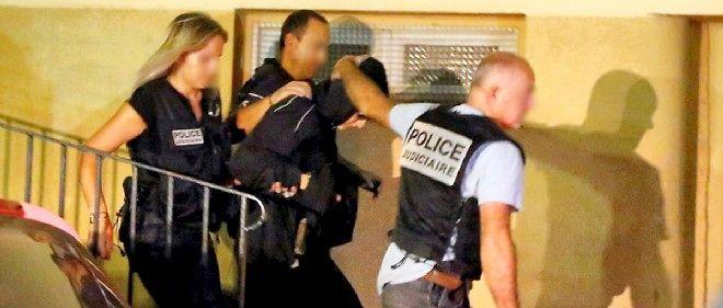 Cécile Bourgeon, lors de son interpellation par la police. La jeune femme avait d'abord fait croire à la police que sa fille avait disparu, avant d'avouer l'avoir enterrée.