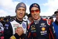 La poignée de main entre le leader du championnat WRC, Sébastien Ogier, et Thierry Neuville son actuel dauphin.
