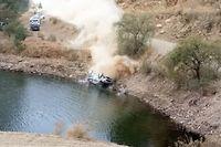 La Ford Fiesta d'Ott Tänak et de son copilote Raigo Molder a achevé sa course dans un réservoir d'eau.