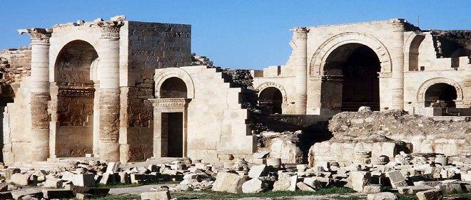 L'organisation État islamique s'attaque à la cité de Hatra à coups de bulldozer et d'explosifs.