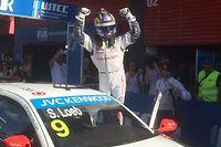La joie de Sébastien Loeb qui remporte la 2e course de cette manche inaugurale du WTCC. Son coéquipier de chez Citroën, Lopez, avait remporté la première. ©Antoine Grenapin