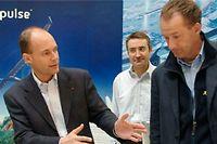 Bertrand Piccard échange avec son équipe au sujet du projet