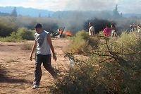 Des gens se sont rassemblés autour des carcasses des hélicoptères, lundi, après leur collision. ©ALDO PORTUGAL