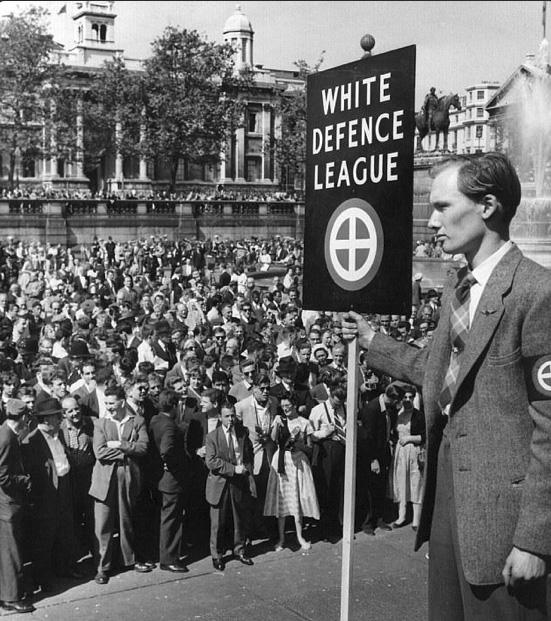 Les émeutes racistes à Londres de 1958 ont été déclenchées par ce type de rassemblement.