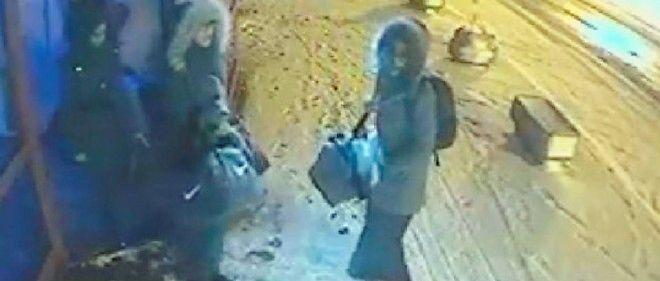 Les trois jeunes filles sont filmées par une caméra de surveillance dans une gare routière d'Istanbul, le 18 février.