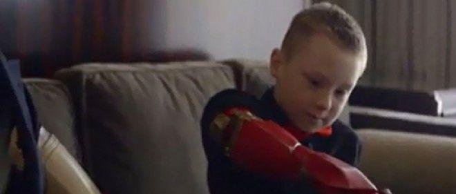 Le petit Alex, 7 ans, se voit offrir un bras bionique par Iron Man.