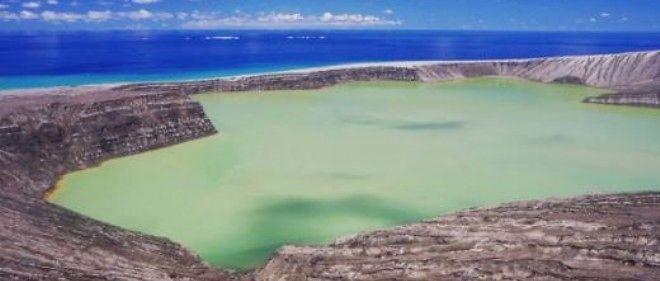 Sur la nouvelle île, un lac à l'eau verte et toxique, dégageant une forte odeur de soufre.