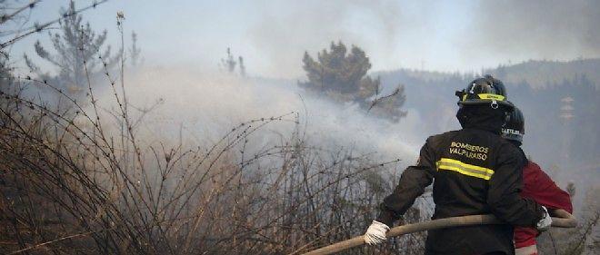 Les pompiers luttent contre les flammes qui encerclent la ville portuaire de Valparaiso.