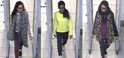 Images de vidéosurveillance du 23 février 2015 fournie à la police montrant les trois lycéennes (de g à d) Kadiza Sultana, Amira Abase et Shamima Begum aux contrôles de sécurité à l'aéroport de Gatwick près de Londres ©  Metropolitan police/AFP/Archives