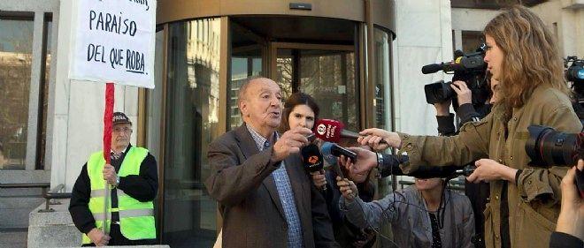 Un client répond aux journalistes devant un bureau de Banco Madrid.