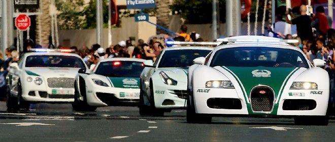 La ville de Dubai est notamment connue pour le luxe extravagant de ses voitures de police (ici, un convoi de forces de l'ordre constitué d'une Bugatti, d'une Ferrari, d'une McLaren et d'une Bentley).