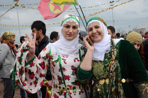 Une femme fait le signe de la Victoire pendant les festivités du Newroz, la nouvelle année kurde, le 21 mars 2015 à Diyarkabir, dans le sud-est de la Turquie © Ilyas Akengin AFP