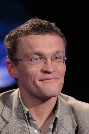 """L'écrivain voyageur Sylvain Tesson sur le plateau de l'émission """"Vol de Nuit"""" sur TF1, le 22 novembre 2007 à Paris © Pierre Verdy AFP/Archives"""