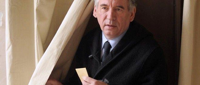 François Bayrou à la sortie de l'isoloir, où il a voté pour le premier tour des départementales à Pau, le 22 mars 2015.
