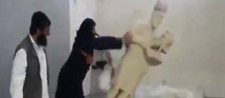 Des djihadistes de l'État islamique détruisent des oeuvres d'art du musée de Mossoul, en Irak. ©EyePress News