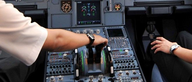 Deux pilotes dans le cockpit d'un Airbus, photo d'illustration.