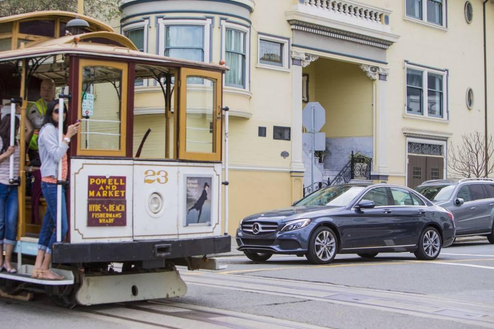 En ville, la C350e peut se comporter comme une voiture 100% électrique et très reposante à conduire. ©  MERCEDES