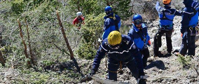 Des gendarmes arpentent le site du crash de l'A320 de Germanwings, le 26 mars 2015.