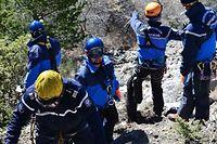 Des gendarmes arpentent le site du crash de l'A320 de Germanwings, le 26 mars 2015. ©Ministere de l'Interieur/SIPA