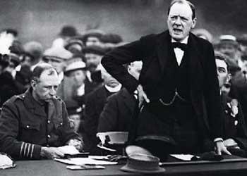 Peut-on deviner qu'en ce mois de septembre 1915 Winston Churchill est au creux de la vague ? Il vient pourtant de démissionner du gouvernement après l'échec des Dardanelles. ©  Hulton-Deutsch Collection/CORBIS