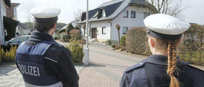 Des policiers montent la garde devant l'un des domiciles d'Andreas Lubitz.
