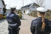 Des policiers montent la garde devant l'un des domiciles d'Andreas Lubitz. ©Michael Probst/AP/SIPA