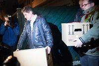 Les policiers évacuent des boites contenant des élements saisis au pied-à-terre d'Andreas Lubitz à Düsseldorf. ©Federico Gambarini/dpa/AFP