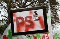 Détournement du symbole du parti socialiste, dont la rose est devenue une grenade. ©Baptiste Daniel