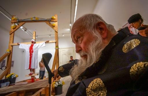 """L'artiste """"actionniste"""" autrichien Hermann Nitsch pendant une de ses performances le 25 mars 2015 à l'inauguration d'une exposition qui lui est consacrée au Theatermuseum de Vienne © Joe Klamar AFP"""