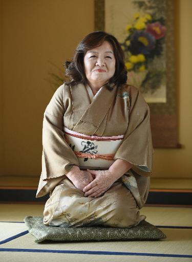 Vêtue d'un kimono et sagement agenouillée sur un tatami, Yasue Tomita, 61, pose le 17 mars 2015 à Tsurugashima dans la prefecture de Saitama, avant de faire ses débuts d'actrice pornographique © TORU YAMANAKA AFP