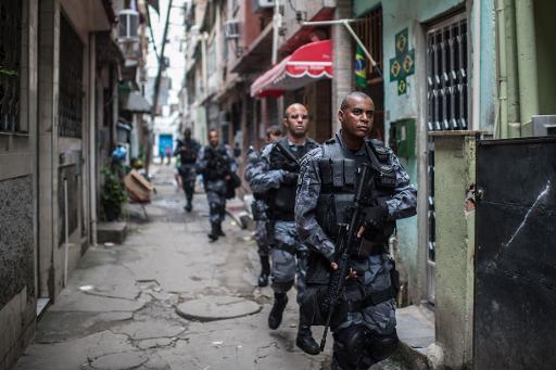 La police militaire en patrouille dans une favelas de Rio de Janeiro, le 1er avril 2015 © Christophe Simon AFP