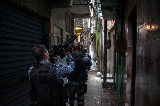 La police militaire en patrouille dans une favelas de Rio de Janeiro, le 1 avril 2015 © Christophe Simon AFP