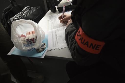 Un officier des douanes lors d'une opération de police contre la vente illégale de cigarettes de contrebande à Aubervilliers, le 2 avril 2015 © MIGUEL MEDINA AFP