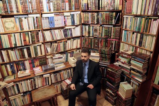 """M. Mansour Mansour, directeur des éditions Albouraq, pose à la """"Librairie de l'Orient"""", à Paris, le 31 mars 2015 © JACQUES DEMARTHON AFP"""