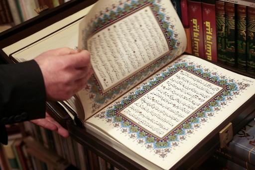 """Une version """"luxueuse"""" du Coran, à la """"Librairie de l'Orient"""" à Paris, le 31 mars 2015 © JACQUES DEMARTHON AFP"""