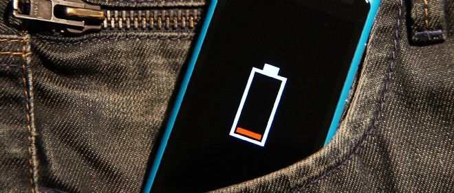 Un smartphone à court de batterie. Photo d'illustration.