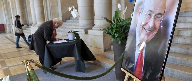 De nombreux Tourangeaux ont signé et annoté les registres de condoléances ouverts dans le hall de l'hôtel de ville.
