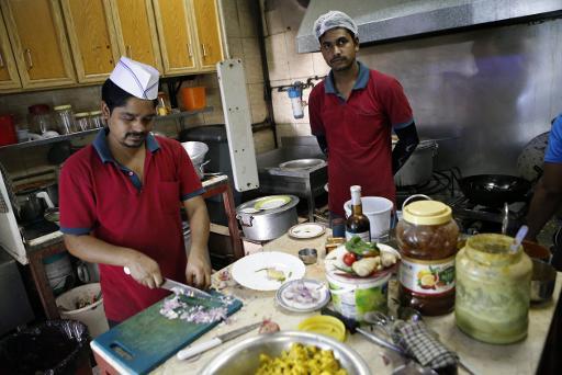 Des cuisiniers préparent des repas au restaurant Zaiqa le 31 mars 2015, à Doha © KARIM JAAFAR AL-WATAN DOHA/AFP