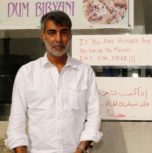 Shadab Khan pose devant son restaurant le Zaiqa à Doha, le 31 mars 2015 dont il est propriétaire avec son frère © KARIM JAAFAR AL-WATAN DOHA/AFP