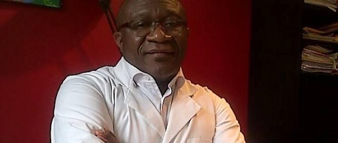 Le Dr Élie Nkamgueu dans son cabinet.