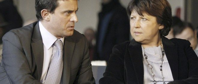Martine Aubry discute avec Manuel Valls lors d'un forum du Parti socialiste (PS) consacre a la renovation des institutions, le 2 fevrier 2011 a Paris.